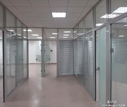 阳台铝合金玻璃隔断跟墙面怎样固定