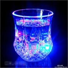 XY022F感应发光杯菠萝杯倒水就亮LED闪光杯新奇特创意礼品