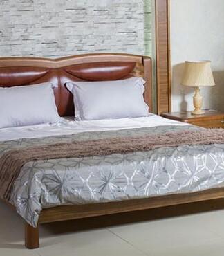 【家具直销实木家具1.8米双人虎斑木真皮床实工厂怎么样柳州海川图片